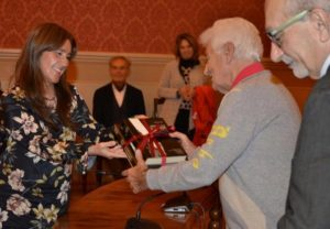 La curatrice dell'incontro per conto della biblioteca di Persiceto, Silvia Nicoli Marchesini con i libri donati a Loriano Macchiavelli