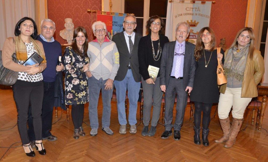 Maurizio Garuti, al centro. Alla sua destra Loriano Macchiavelli e Silvia Nicoli Marchesini, alla sua sinistra l'assessore alla Cultura Maura Pagnoni con il sindaco Lorenzo Pellegatti, assieme ad alcuni lettori intervenuti